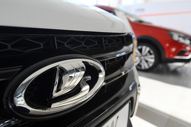 Эмблема на радиаторной решетке автомобиля Lada