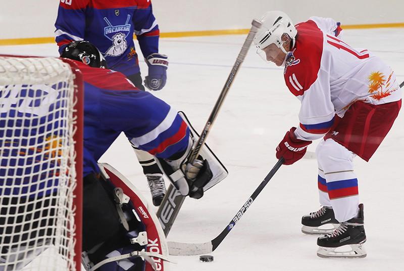 Владимир Путин во время игры в хоккей