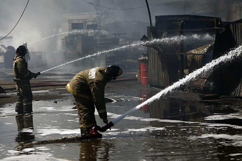 Пожарные МЧС тушат возгорание на складе