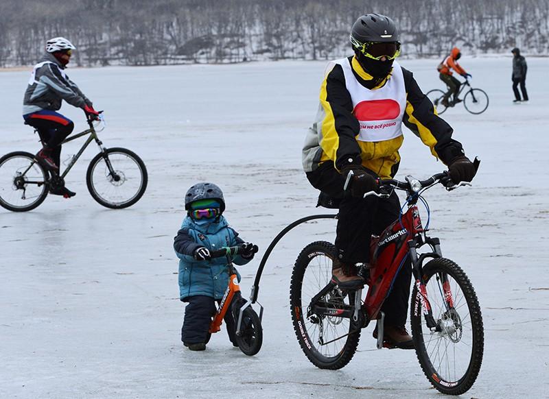 Участники ледового велоралли