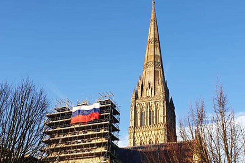 На Солсберийском соборе появился российский флаг