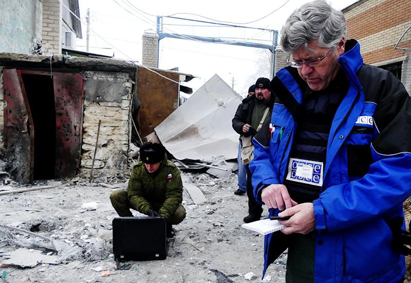Сотрудники ОБСЕ на месте взрыва в Донецке