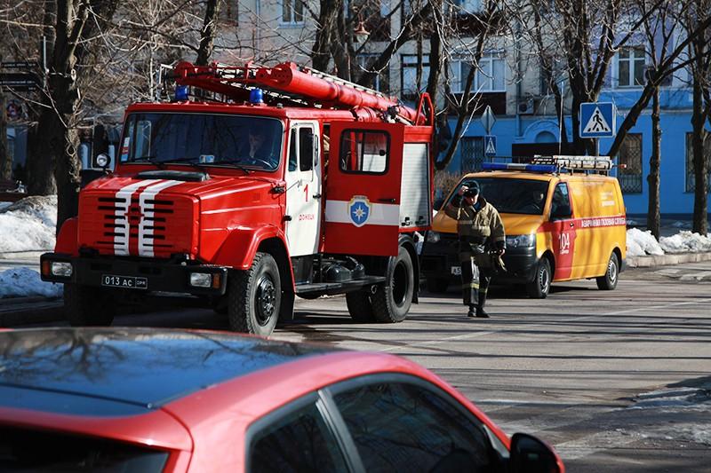Сотрудники противопожарной службы ДНР в центре Донецка, где прогремели три взрыва