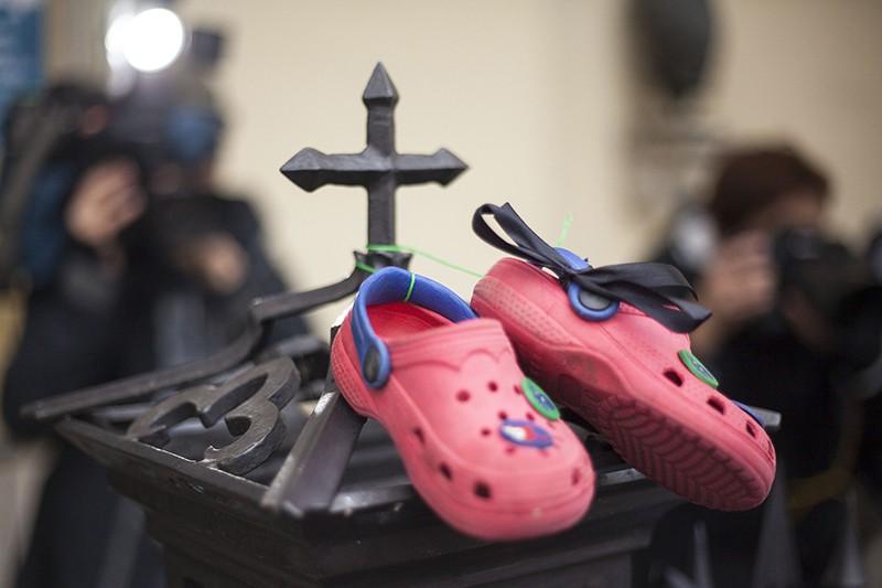 Детская обувь на ограде католического храма