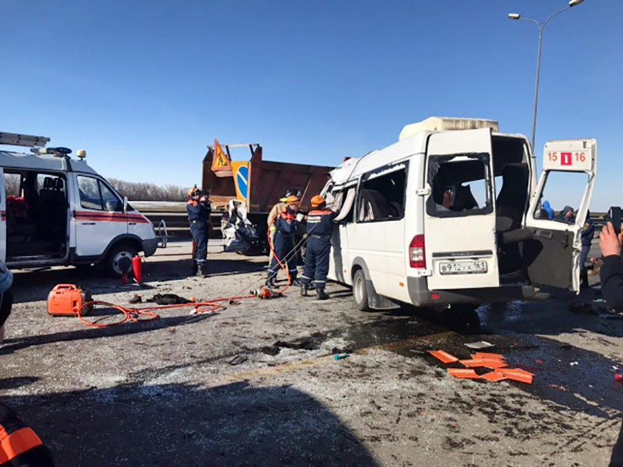 Последствия ДТП с участием микроавтобуса и грузовика