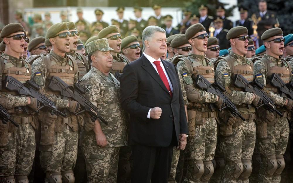 Пётр Порошенко и военнослужащие армии Украины