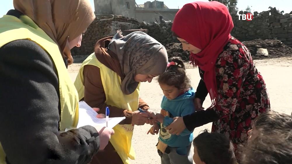 Врачи осматривают детей в Сирии