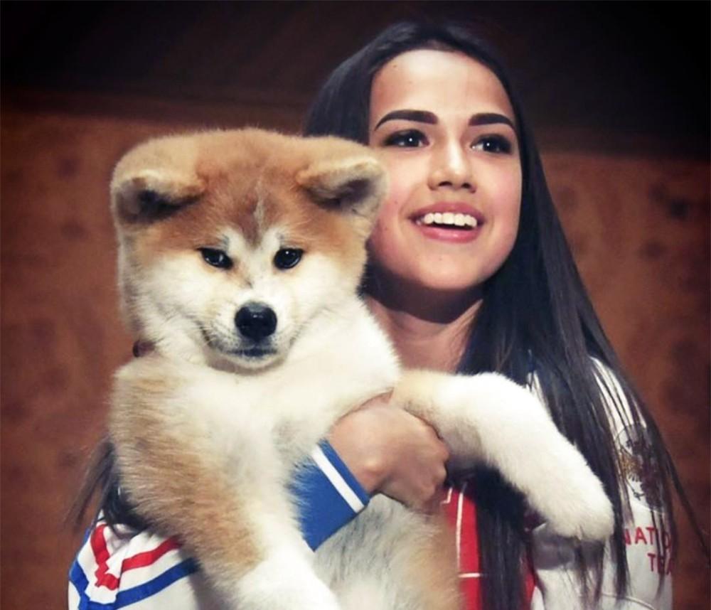 Алина Загитова со своей собакой акита-ину