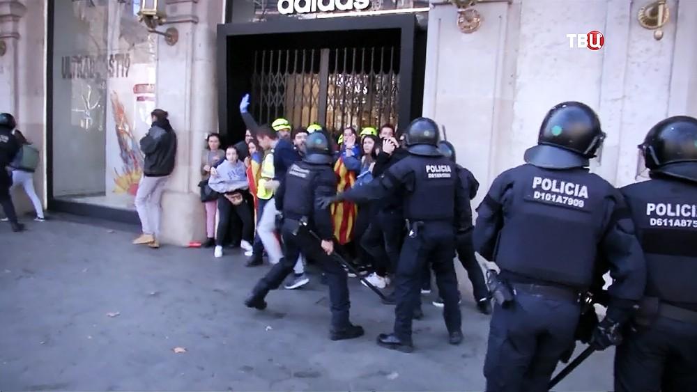 Полиция Испании разгоняет протестующих в Каталонии
