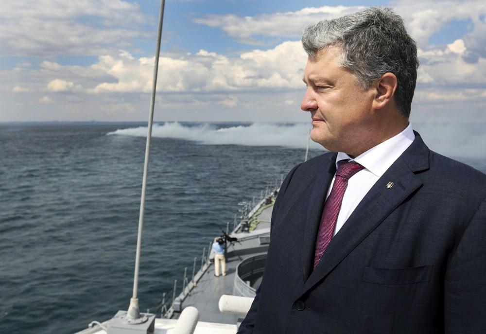 Пётр Порошенко на фоне моря