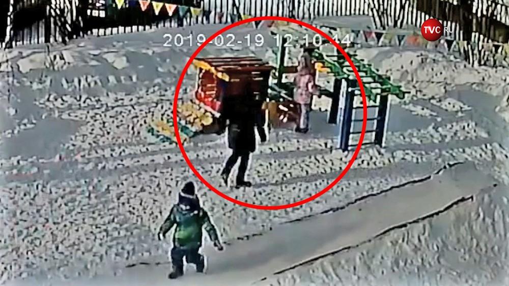 Воспитатель детского сада спасает повисшего ребенка