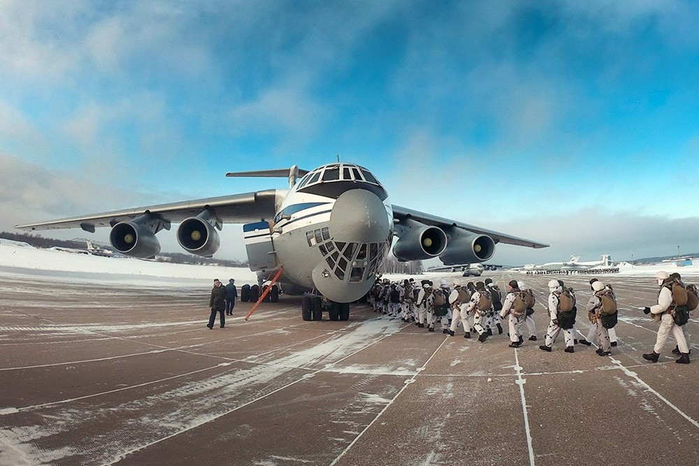 Посадка десантников ВДВ России в военно-транспортный самолет Ил-76