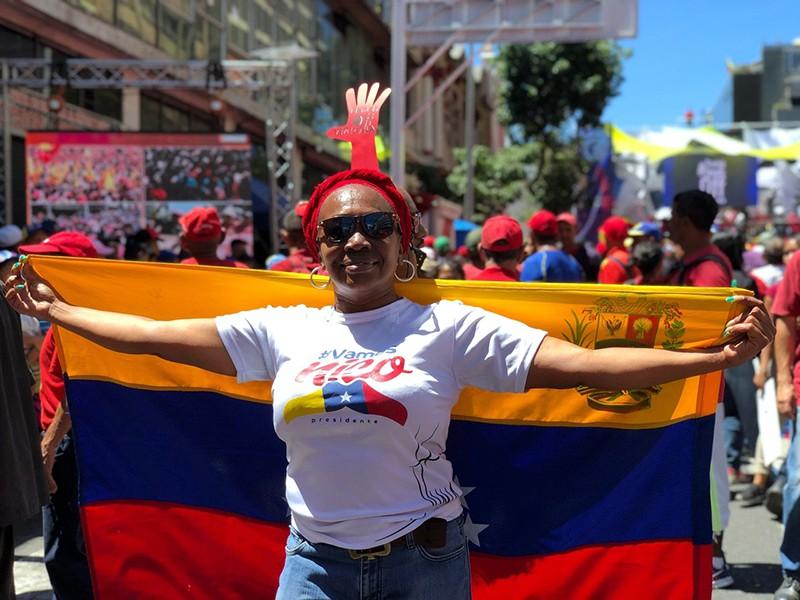 Участница акции в поддержку президента Венесуэлы Николаса Мадуро в Каракасе
