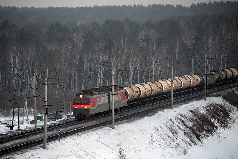 Грузовой поезд следует по одному из ответвлений Транссибирской железнодорожной магистрали