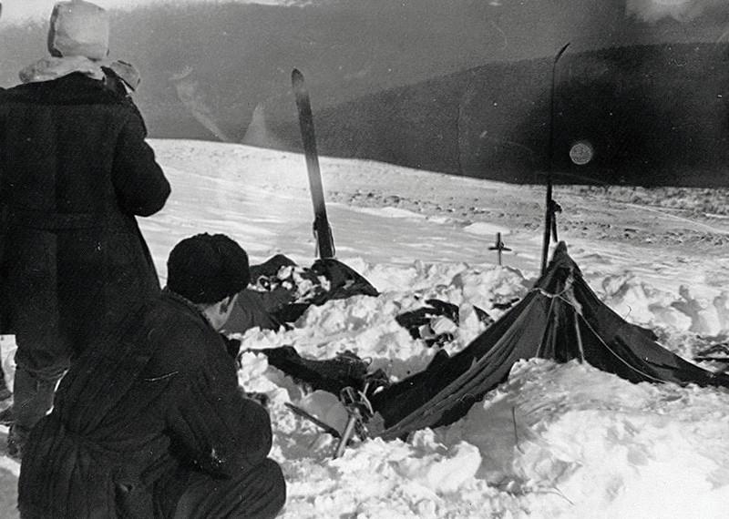 Палатка группы Дятлова, частично раскопанная от снега. Слева от палатки поисковики: Ю. Коптелов, за ним В. Карелин