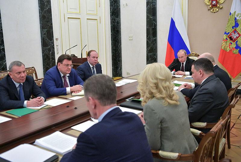 Владимир Путин проводит совещание с членами правительства