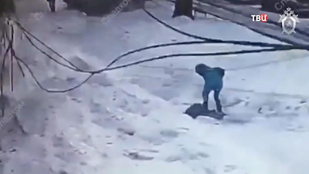 Падение глыбы льда на ребёнка