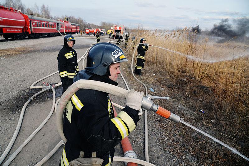 Пожарные расчеты МЧС во время тушения