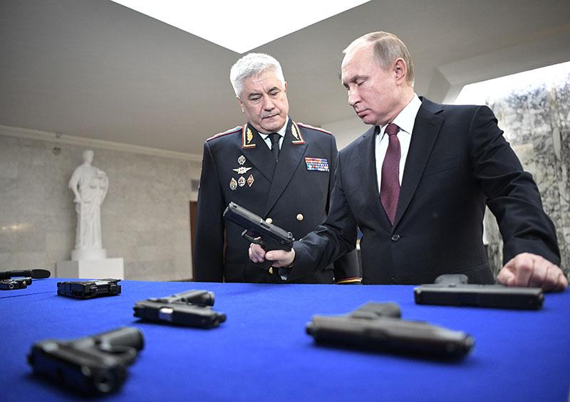 Владимир Путин и министр внутренних дел России Владимир Колокольцев