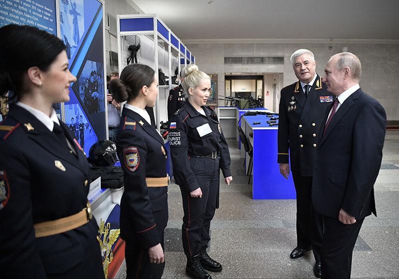 Владимир Путин во время общения с сотрудниками полиции