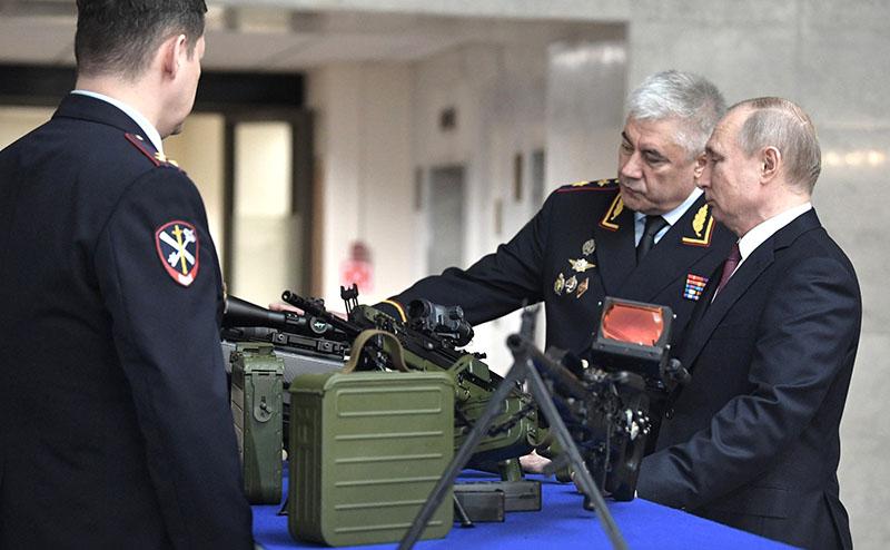 Владимир Путин осматривает новые виды оружия