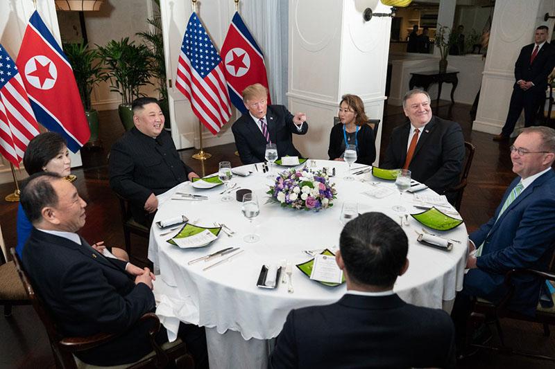 Ким Чен Ын и Дональд Трамп во время встречи в Ханое