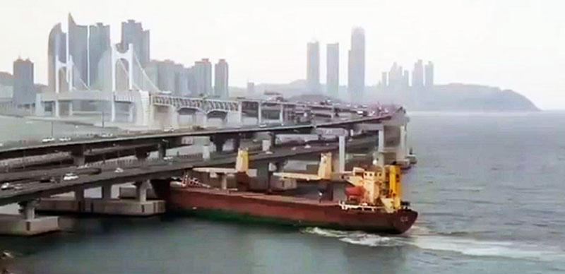 Столкновение российского судна с мостом в Южной Корее