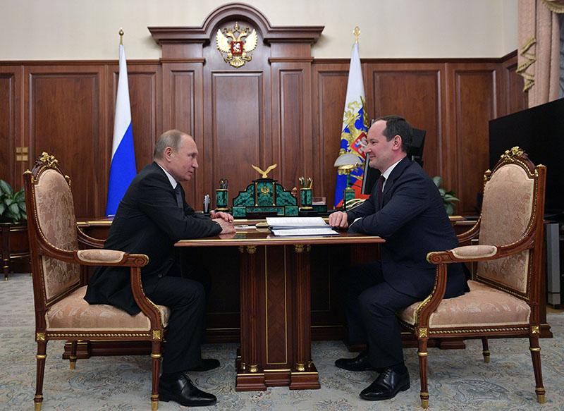 """Владимир Путин и глава компании """"Россети"""" Павел Ливинский"""