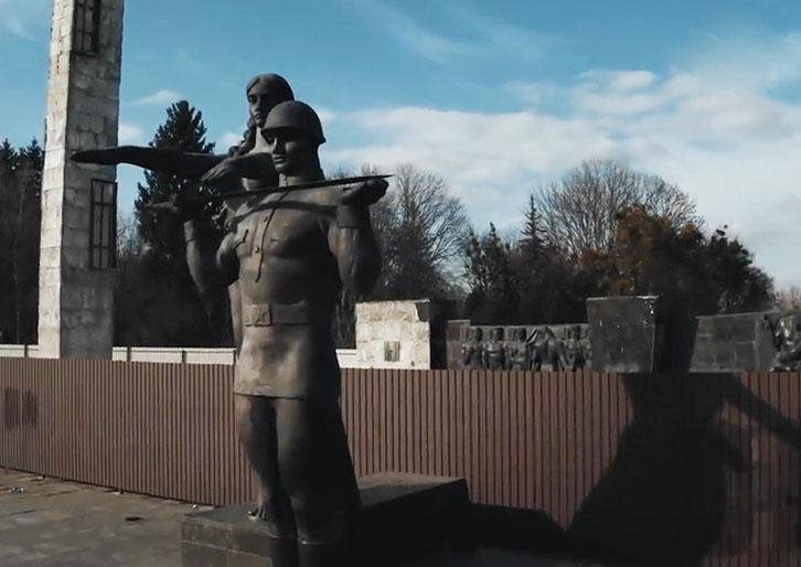 Во Львове с третьей попытки снесли Монумент славы