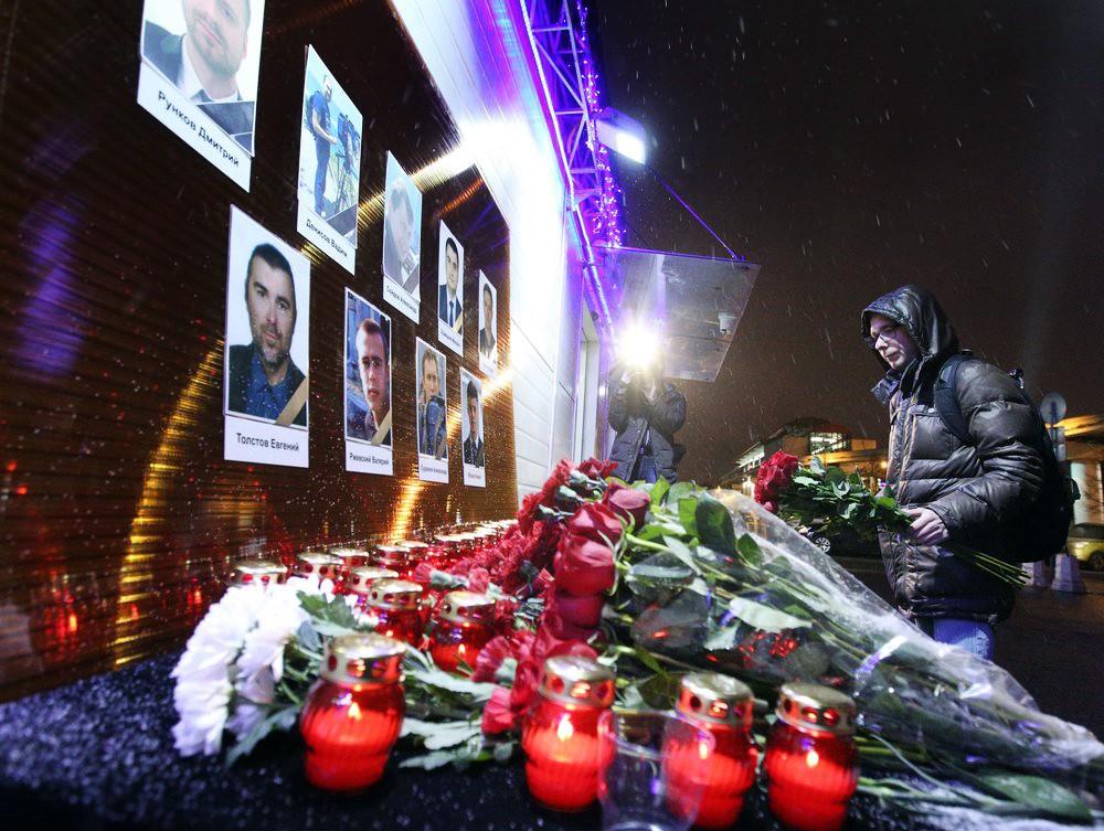 """Цветы у здания телецентра """"Останкино"""" в память о погибших в крушении Ту-154"""