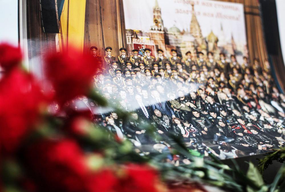 Цветы у здания Академического ансамбля песни и пляски Российской армии им. А.Александрова