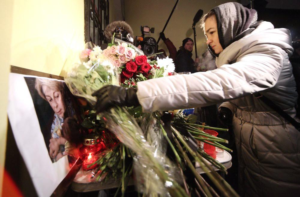 """Цветы у здания благотворительного фонда МОО """"Справедливая помощь"""" в память о погибшей Елизавете Глинка (Доктор Лиза)"""