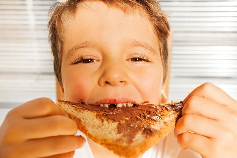 Ребенок есть шоколадную пасту