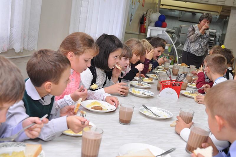Дети в школьной столовой