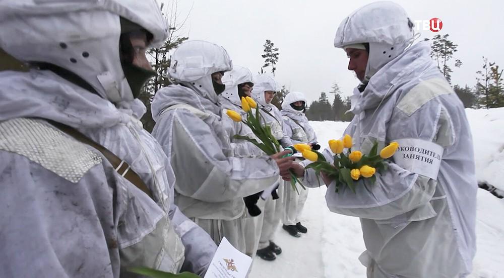Российских девушек-военных поздравляют с 8 марта