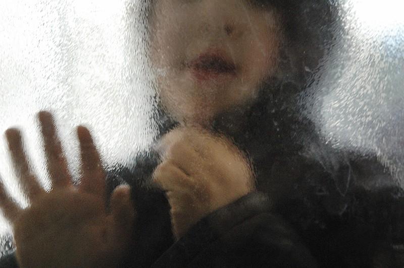 Мальчик за стеклом