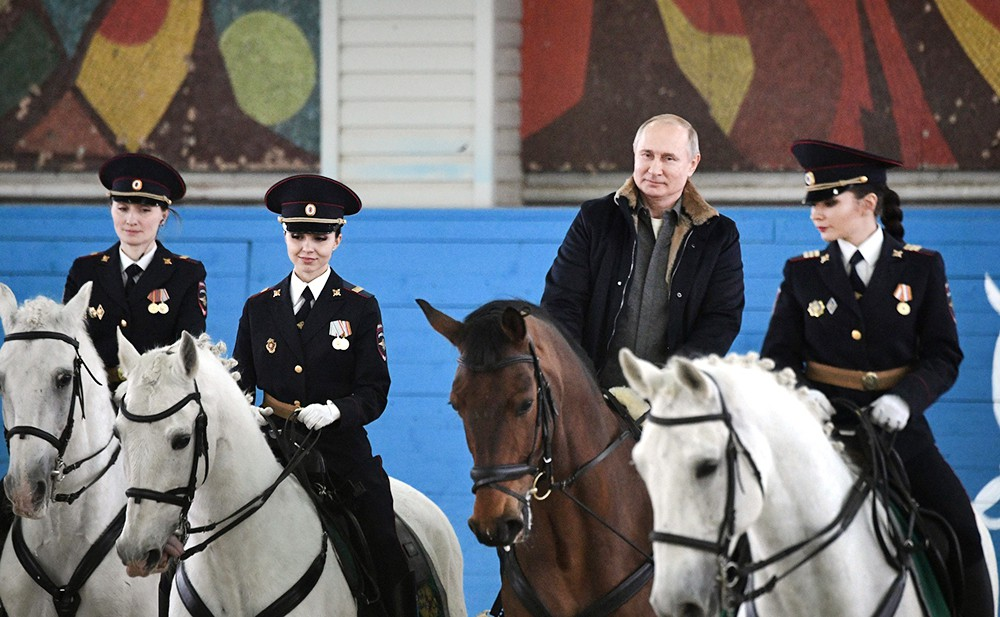Владимир Путин во время посещения 1-го оперативного полка полиции ГУ МВД РФ
