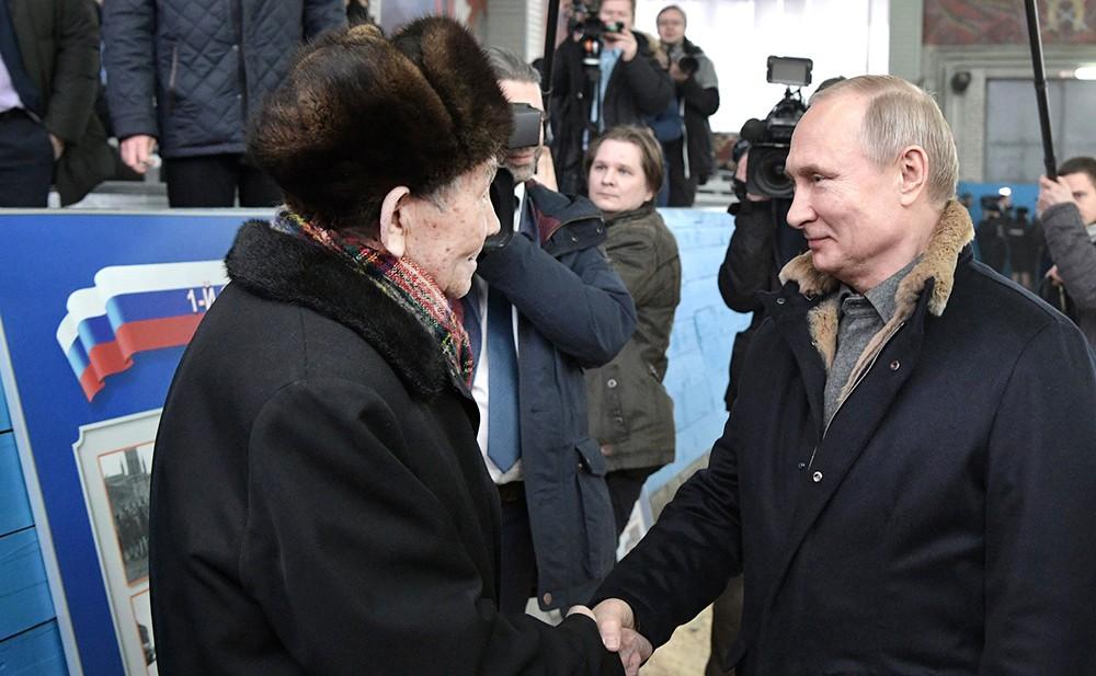Владимир Путин общается с подполковником милиции в отставке, ветераном Великой Отечественной войны Оразом Мамралиевым