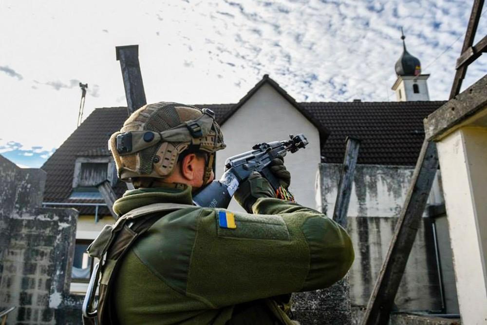 Украинские военные возле церкви