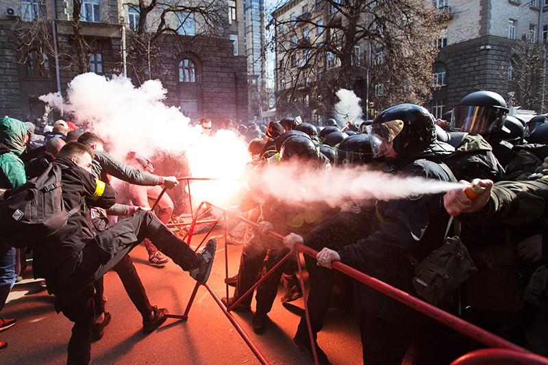 Столкновения между радикалами и полицией возле здания администрации президента Украины в центре Киева