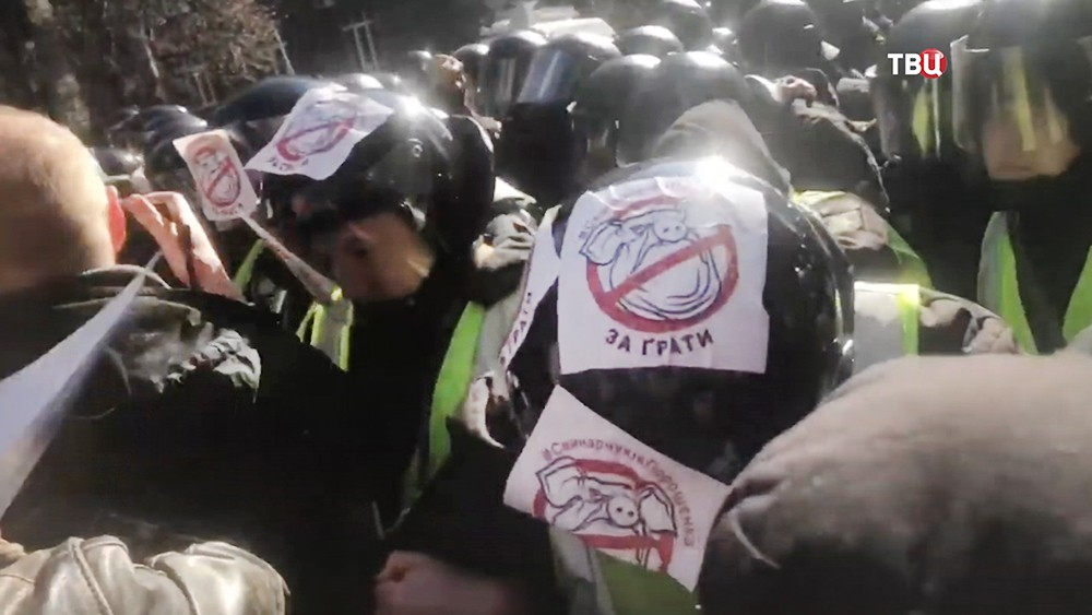 Украинские радикалы наклеили стикеры на полицейских