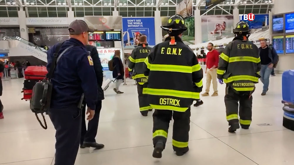 Спасатели США в аэропорту