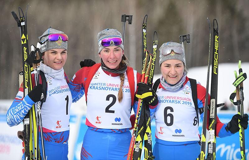 Наталья Гербулова, Екатерина Мошкова и Елизавета Каплина после финиша масс-старта на 12,5 км свободным стилем в соревнованиях по биатлону среди женщин