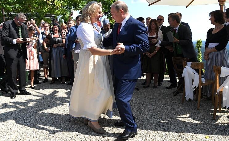Владимир Путин танцует с главой МИД Австрии Карин Кнайсль