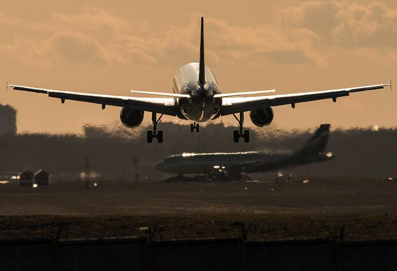 Самолет совершает посадку
