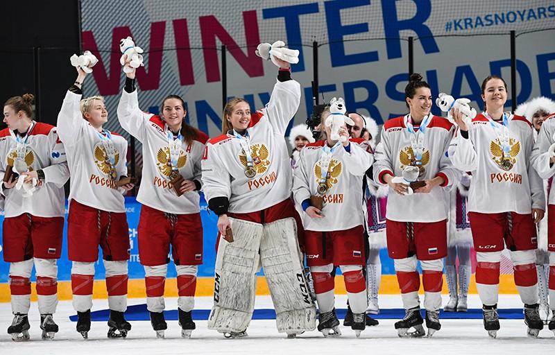 Игроки сборной России после победы в финальном матче по хоккею между женскими командами России и Канады