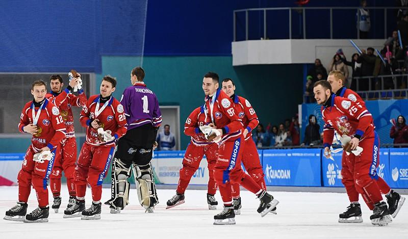 Игроки сборной России после финального матча по хоккею с мячом между мужскими командами России и Швеции