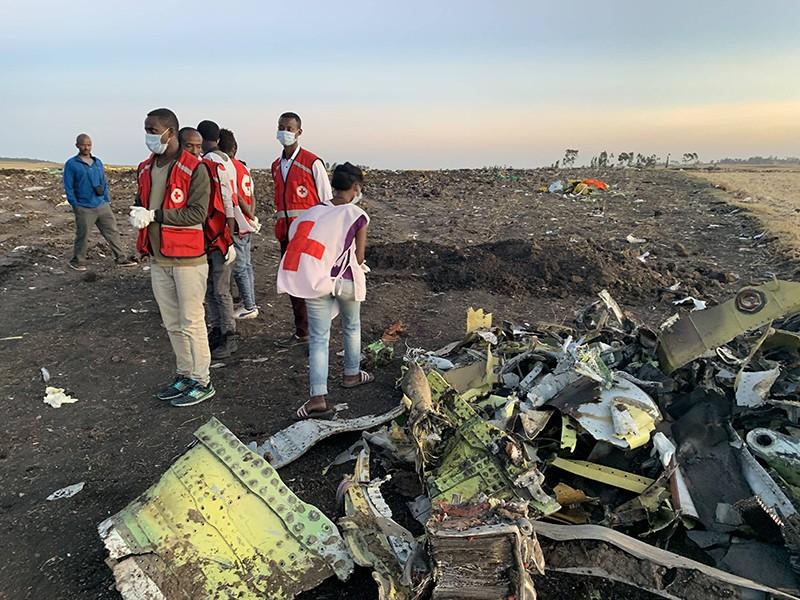 На месте крушения самолета Boeing 737 авиакомпании Ethiopian Airlines