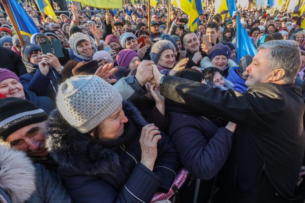 Петр Порошенко общается с жителями Украины