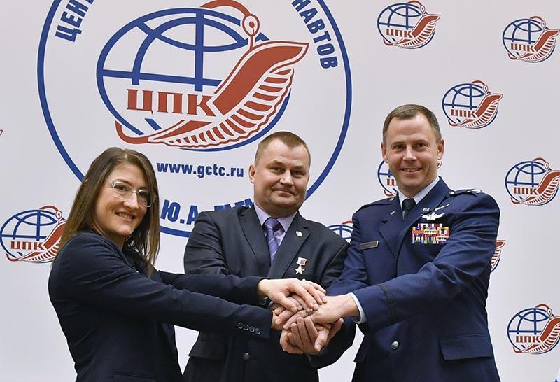 Члены основного экипажа МКС-59/60 (слева направо): астронавт Кристина Кук, космонавт Алексей Овчинин и астронавт Ник Хейг